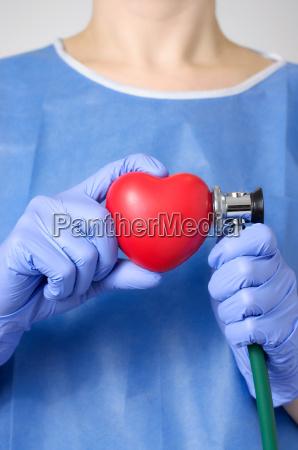 medico che esamina un cuore