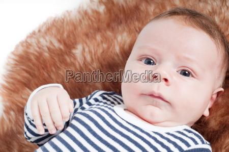 ritratto di adorabile bambino sdraiato sulla