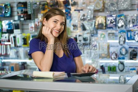 donna che lavora come computer shop