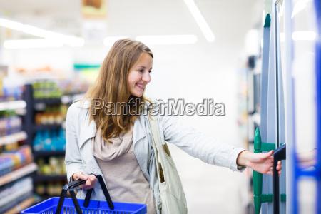 bella giovane donna shopping per frutta