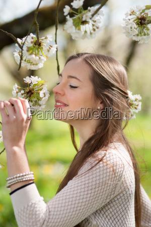 donna risata sorrisi femminile albero marrone