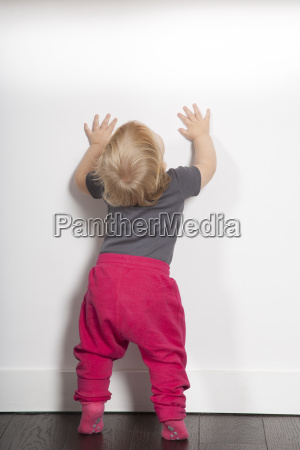 guardare osservare muro bambino neonato lattante