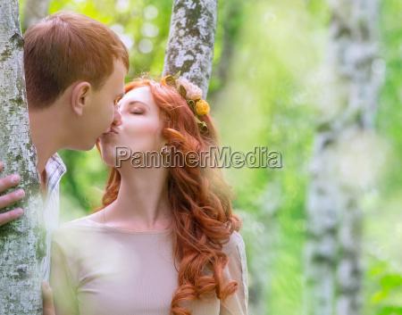 coppie delicate che baciano allaperto