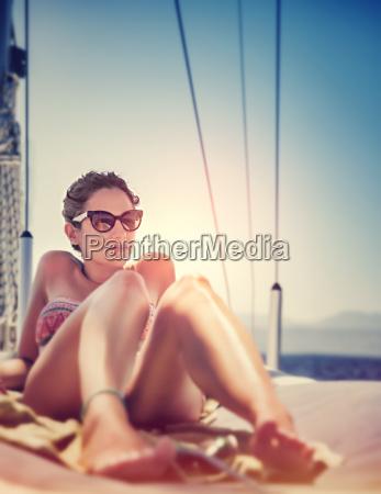 donna sexy su barca a vela