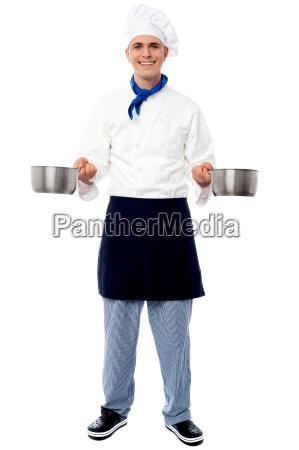giovane cuoco maschio in possesso di
