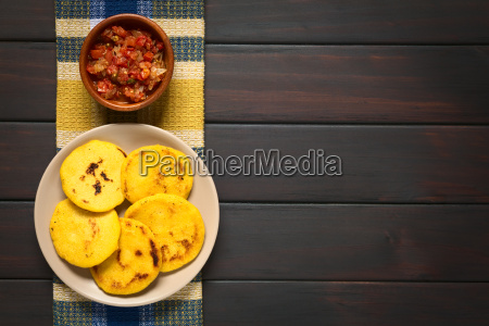 arepa colombiano con hogao salsa