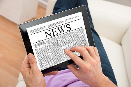 uomo che legge notizie su tablet