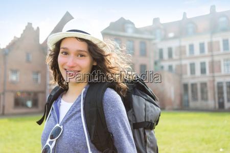 vista di una giovane donna attraente