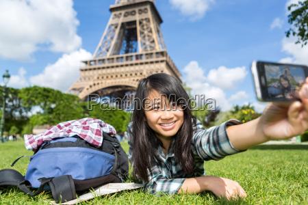 giovane attraente asiatico turista a parigi
