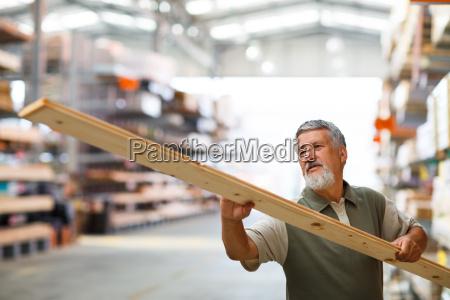 luomo acquista legname da costruzione in