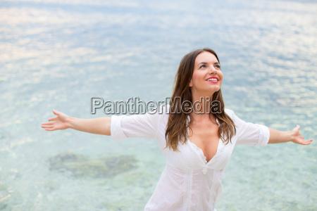 donna rilassante in spiaggia con le