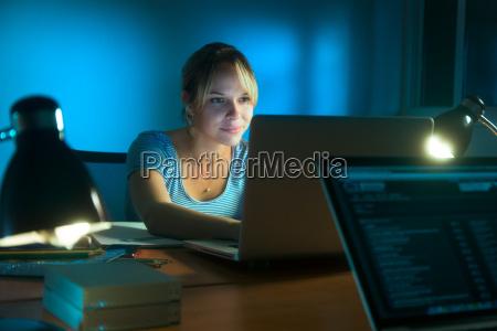 donna di scrittura su social network