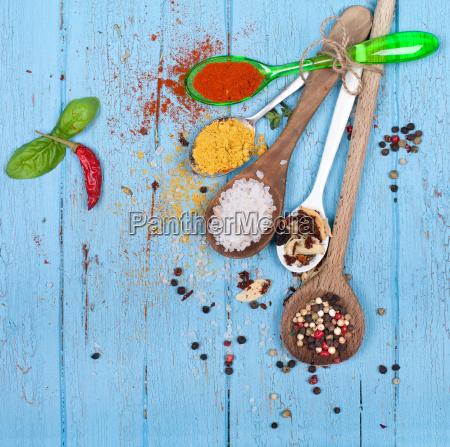 cucchiai con spezie ed erbe aromatiche