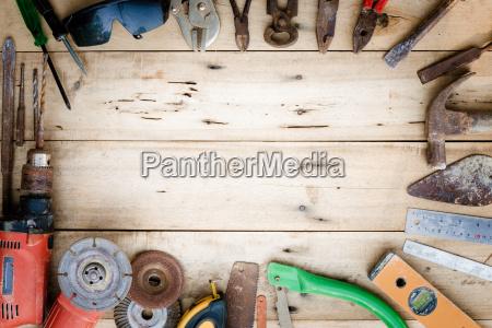 vecchi strumenti attrezzature impostati su legno