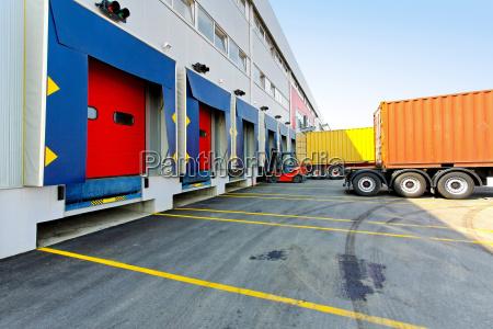 industria deposito magazzino distribuzione carico rampa