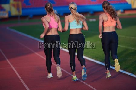 atleta donna gruppo in esecuzione su