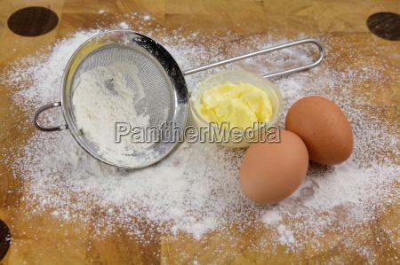 cucina farina uova tavola di legno