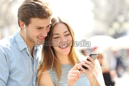 ascoltare musica dividere ascolto coppia smartphone