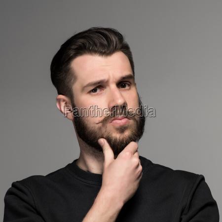 moda ritratto di giovane uomo in