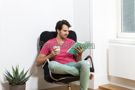 giovane uomo in abiti casual si
