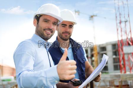 ingegnere e lavoratore guardando progetto in