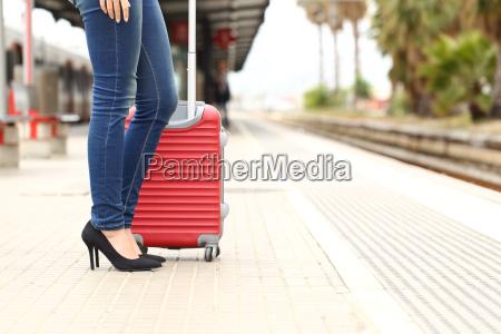 turista viaggiatore in attesa in una