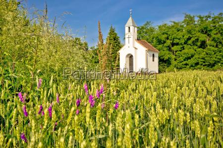 cappella cattolica nel paesaggio agricolo rurale