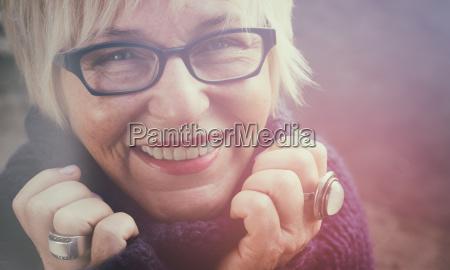 donna risata sorrisi faccia divertimento contentezza