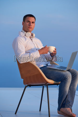 rilassato giovane uomo a casa su