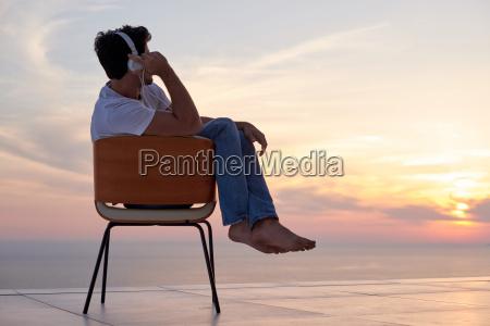 rilassato giovane a casa sul balcone