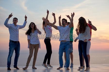 persone di partito sul tramonto