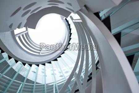 scala a chiocciola in vetro moderno