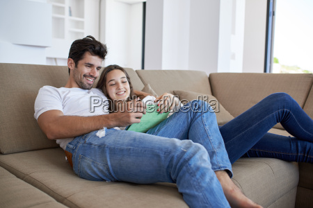coppia a casa moderna utilizzando il