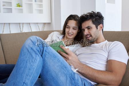 coppia in casa moderna usando il