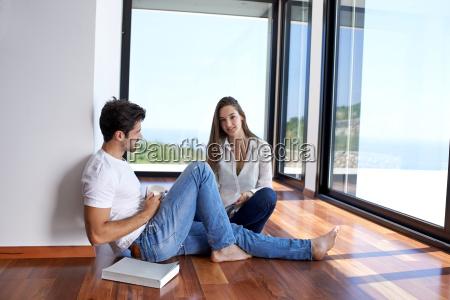 rilassato giovane coppia a scale di