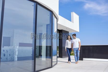 felice giovane coppia romantica divertirsi rilassarsi