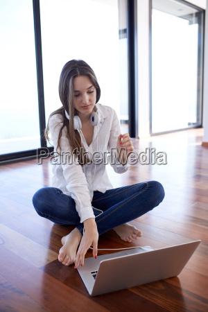 rilassato giovane donna a casa di