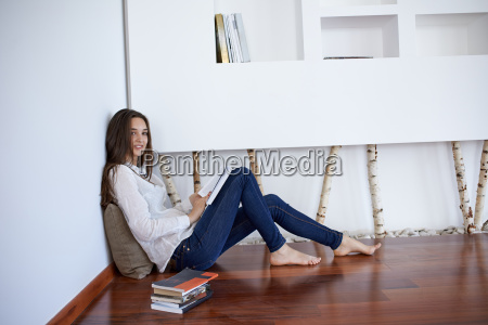 giovane donna rilassata a casa a