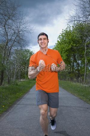 runner mostrare il pugno