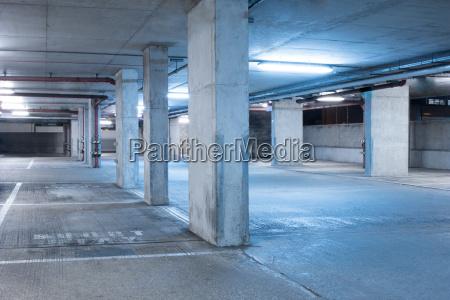 parcheggio scuro interno sala industriale