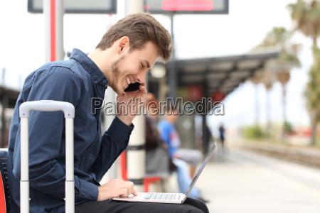 freelancer lavorando con un computer portatile