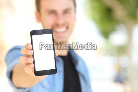 luomo che mostra una schermata del