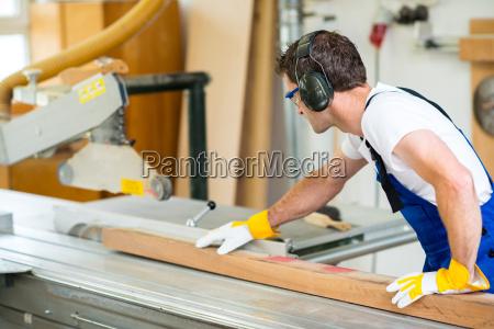 due lavoratore in laboratorio utilizzando trapano