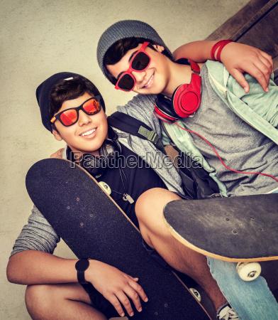 due ragazzi felici adolescenti