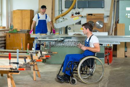 lavoratore in sedia a rotelle in