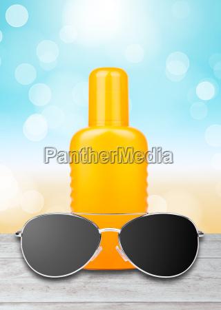 crema solare con occhiali da sole
