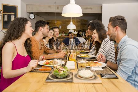 amici pranzare al ristorante