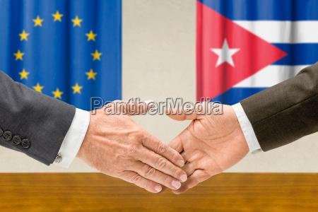 mano mani europa cooperazione collaborazione bandiera