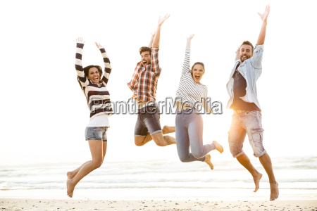 gli amici saltano
