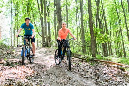 coppia in mountain bike in montagna